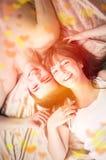 Unga lyckliga par i säng Royaltyfri Fotografi