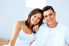 Unga lyckliga par i sovrummet arkivbilder