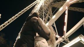 Unga lyckliga par på datum i Luna Park Romantiskt datum i nöjesfältet stock video