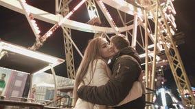 Unga lyckliga par på datum i Luna Park Romantiskt datum och första förälskelse arkivfilmer