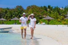 Unga lyckliga par på den vita stranden på sommar arkivbilder