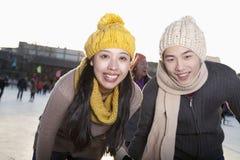 Unga lyckliga par på isisbanan Arkivbilder