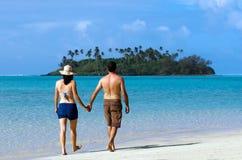 Unga lyckliga par på semester i den Stillahavs- ön Arkivbilder