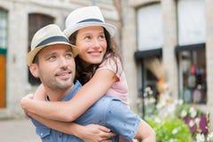 Unga lyckliga par som har gyckel på ferier Arkivbild