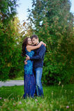Unga lyckliga par som kramar och skrattar Arkivfoto