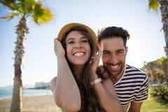 Unga lyckliga par som utanför grinar arkivfoton