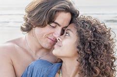 Unga lyckliga par tillsammans på stranden Fotografering för Bildbyråer