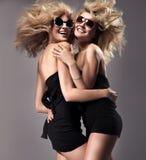 unga lyckliga två kvinnor Arkivfoton