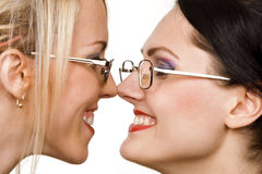 unga lyckliga två kvinnor för affärsframsida arkivbild