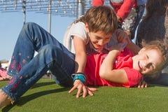Unga lyckliga ungar som har roligt utomhus Arkivbilder
