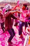 Unga män dansar under den Holi festivalen i Indien royaltyfria foton