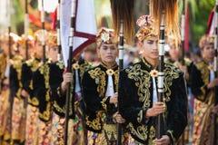 Unga män för Balinese i traditionella dräkter Arkivfoto