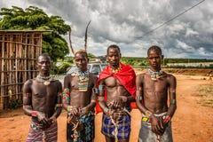 Unga män från de ethiopian stammarna på en marknad Arkivbilder