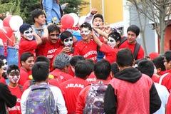 Unga män i karneval ståtar Arkivfoto