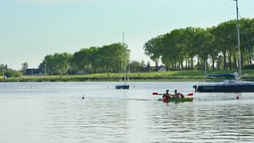 Unga män som kanotar i sjön Arkivbilder