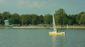 Unga män som seglar på sjön lager videofilmer