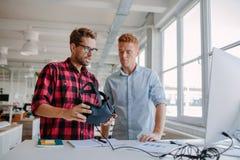 Unga män som testar virtuell verklighet, rullar med ögonen i regeringsställning Arkivfoton