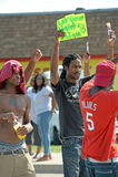Unga män visar i Ferguson, MO Arkivbild