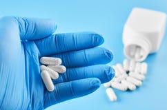Unga mänskliga minnestavlor för handhållpiller gömma i handflatan in Sjukv?rd-, l?karunders?kning- och l?kemedelbegrepp Isolerat  royaltyfri fotografi