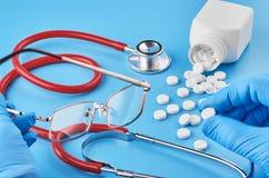 Unga mänskliga minnestavlor för handhållpiller gömma i handflatan in Sjukv?rd-, l?karunders?kning- och l?kemedelbegrepp Isolerat  fotografering för bildbyråer