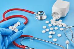 Unga mänskliga minnestavlor för handhållpiller gömma i handflatan in Sjukv?rd-, l?karunders?kning- och l?kemedelbegrepp Isolerat  arkivfoton