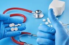 Unga mänskliga minnestavlor för handhållpiller gömma i handflatan in Sjukv?rd-, l?karunders?kning- och l?kemedelbegrepp Isolerat  arkivfoto