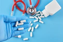 Unga mänskliga minnestavlor för handhållpiller gömma i handflatan in Sjukv?rd-, l?karunders?kning- och l?kemedelbegrepp Isolerat  arkivbilder