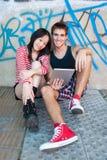 Unga mång--person som tillhör en etnisk minoritet par genom att använda en minnestavlaPC Arkivbilder