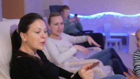 Unga mödrar med unga söner vilar i ett salt rum Förhindra respiratoriska problem lager videofilmer