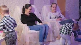 Unga mödrar med unga söner vilar i ett salt rum Förhindra respiratoriska problem stock video