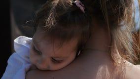 Unga mammawips hennes lilla dotter, når att ha simmat i det friapöl lager videofilmer
