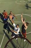 Unga manar som leker korgen, klumpa ihop sig Royaltyfria Foton