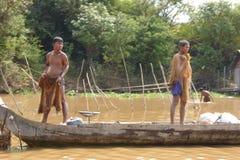 Unga män med fisknät Arkivbild