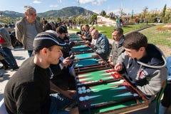 Unga män som spelar brädspel på konkurrens på årlig höststadsfestival T Royaltyfri Foto