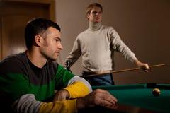 Unga män som spelar snooker Arkivfoto