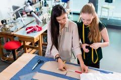 Unga modeformgivare som talar om orientering arkivbilder
