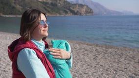 Unga moderlugnar hennes son på stranden på en solig vårdag arkivfilmer
