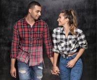 Unga moderna par som tillsammans poserar Arkivbild