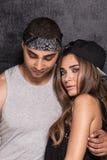 Unga moderna par som tillsammans poserar Royaltyfria Bilder