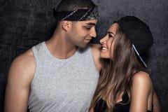Unga moderna par som tillsammans poserar Arkivfoton