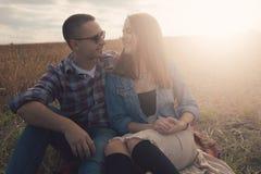 Unga moderna stilfulla par utomhus Fotografering för Bildbyråer