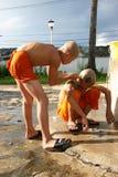 unga monks Arkivfoton