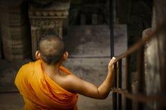 Unga munkar på Angkor Wat Royaltyfri Fotografi