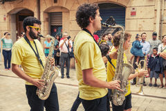 Unga musiker i gatan av Tarragona Royaltyfri Fotografi