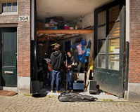 Unga musiker repeterar i garaget Royaltyfri Bild