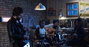 Unga musiker som spelar i garage royaltyfri bild