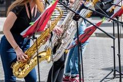 Unga musiker som spelar saxofoner i stadsgatan Royaltyfri Fotografi