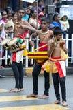 Unga musiker utför längs gatorna av Kandy under dagen Perahera i Sri Lanka Royaltyfri Fotografi
