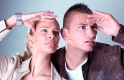 Unga nätt par stirrar någonstans Fotografering för Bildbyråer