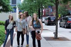 Unga nätta flickor i i stadens centrum Chicago Arkivfoto